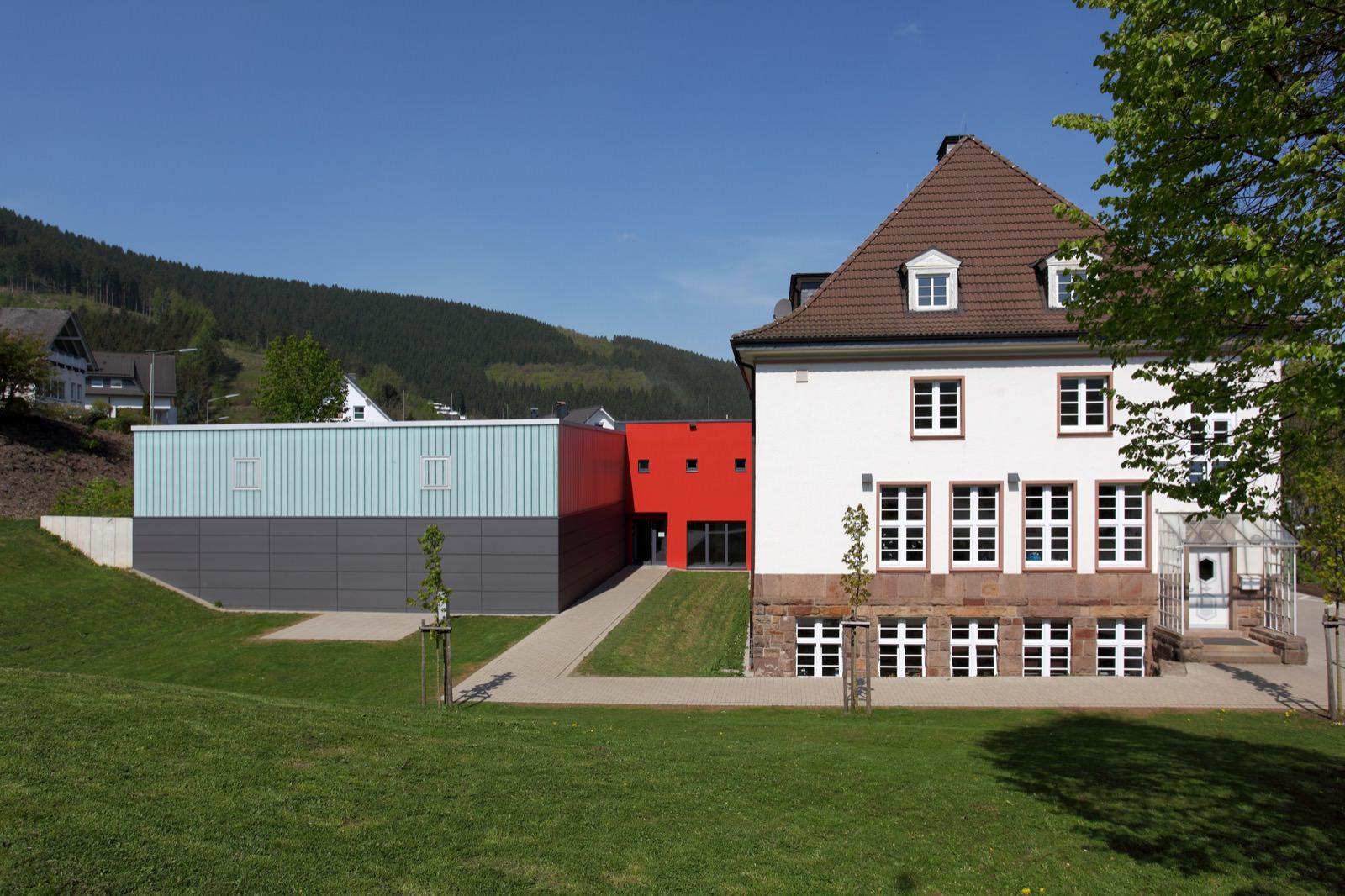 Neubau einer Turnhalle und Schulräume